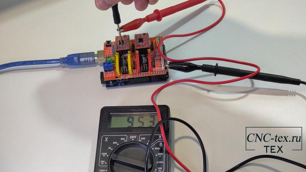 Для этого возьмём мультиметр, и один контакт подключим к контакту GND, а второй на переменный резистор драйвера.
